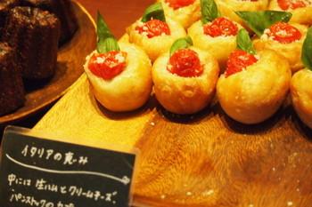 「イタリアの恵み」は、生ハムとクリームチーズが入った生地に、ミニトマトとフレッシュバジルがちょこんとのった小さくて可愛いパン。