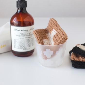 アクリルたわしとは、名前のとおりアクリル100%の毛糸を使って作られたたわしのことです。
