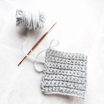 キレイな四角型にするには、目を落とさないように一段編み終わるごとに目を数えて確認するのがポイントです!