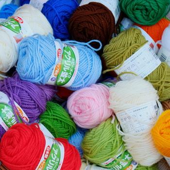 【材料・道具】 ・アクリル毛糸 ・かぎ針 ・毛糸とじ針  ※使う毛糸は、アクリル100%のものです。ウール混など、他の繊維が混ざっていると汚れが落ちなかったり乾きが遅くなる場合があります。