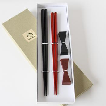 精緻に加工された天然木に伝統的な輪島漆を施した箸のセットは、毎日使うことで漆ならではの艶やかな柔らかさを保てるそうです。シンプルな造形は洋食器とも相性◎。