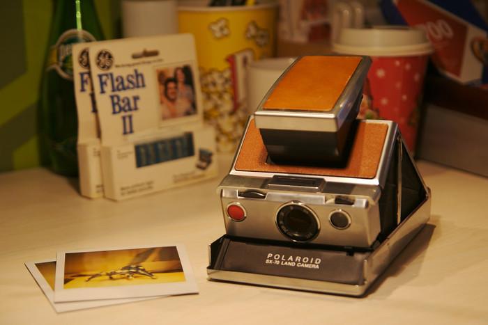 1972年から、多くのカメラファンを長年魅了し続けているクラシックポラロイドカメラがSX-70。一眼レフ型のポラロイドカメラで折りたたみ式。写りも見た目もうっとりレベルのカメラです!