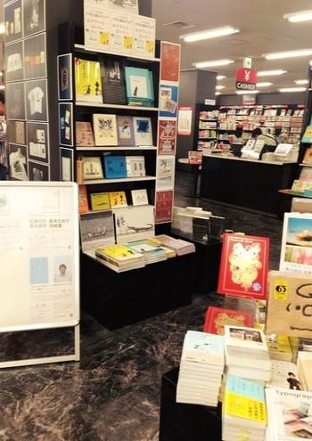 本はコーナーで分けられ、テーマを決めての展示も。他の大型書店にないひろびろ感が気持ちよい♪