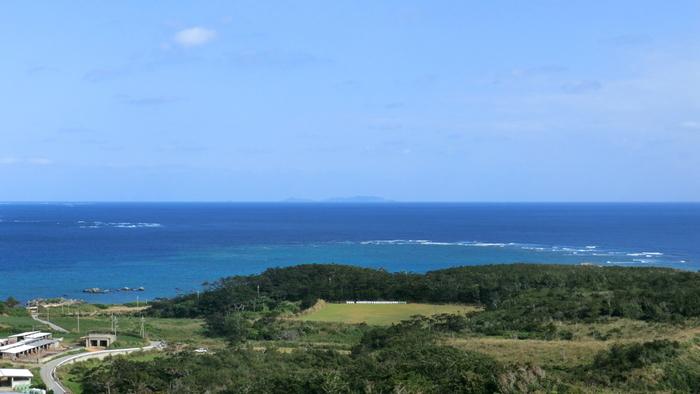楽園のような美しい海……!この海があるのが沖縄の離島のひとつ「久米島(くめじま)」です。一面真っ白な砂浜しかない奇跡のような「はての島」や、日本の渚100選に選ばれた「イーフビーチ」などの人気の観光スポットがあり、一度は訪れてみたいと思わせる魅力的な場所です。