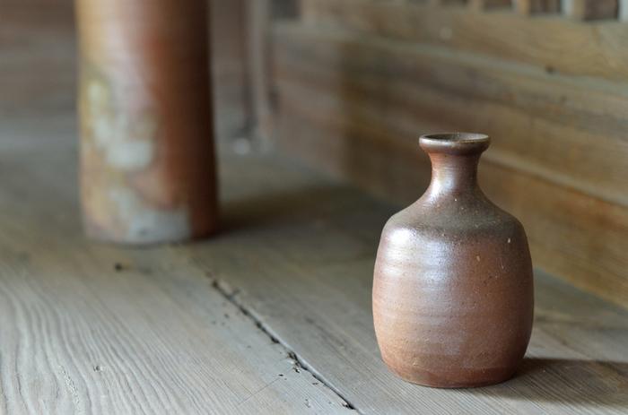 備前焼は1000年以上の歴史を持つ岡山県備前市伊部地区周辺が産地の焼き物。釉薬を使わず、土と炎だけで作られます。絵付けも行わず、土の性質や窯の中の状態によって一つとして同じ焼き色、模様にならないことが特徴です。