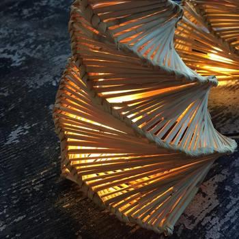 繊細な細工が美しいランプシェードも藁で編まれた髙橋さんの作品。