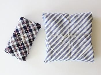 リボンの代わりに麻紐を使うと、ナチュラルで気取らない雰囲気に。包みも布でラッピングするとより素敵ですね。リボンの素材や太さで雰囲気が大きく変わります。