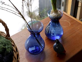 北欧のグラス製品たちも充実です♪こちらはスウェーデンで見つけたという花瓶。水耕栽培にもぴったりの形です。透き通ったブルーが、光に当たってとても綺麗ですね。