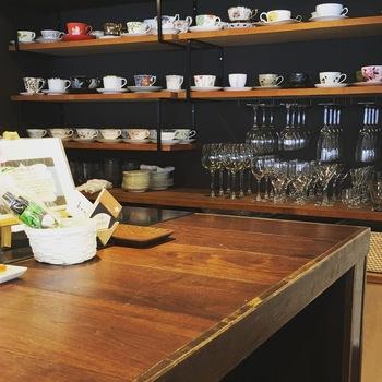 オーナーの珠江さんは、銀座の「炭火焙煎珈琲 凛」でコーヒーの淹れ方を、神楽坂のフレンチ前菜食堂「ボン・グゥ」で料理を学んだそう。  飲む人の年齢などに合わせて淹れ方を変えたり、コレクションしているカップ&ソーサーの中から、イメージにあわせた器を選んでいるのだそうです。