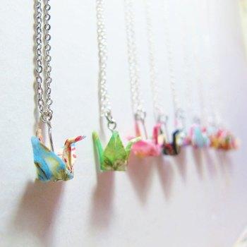 折り鶴はネックレスにしても可愛い。