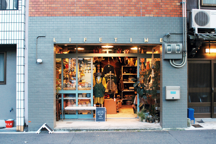 """「ライフタイム」は2003年に創立された、園芸用品や作業服が購入できるお店です。""""植物のある暮らしを愉しむ衣類と道具""""をコンセプトに、ヨーロッパ(主にイギリス)からこだわりのアイテムを直輸入!他にもオリジナルブランド「WORKS & LABO.」のアイテムや、セレクトされた商品が並びます。 画像提供:LIFETIME"""