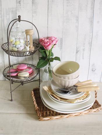 可愛くてセンスが良いテーブルウェアは、ティータイムやお客様のおもてなしにもぴったり。お気に入りの食器を使うだけで、いつもよりさらに幸せな時間が過ごせそうですね。人気のアイアンサークルスタンドは、お菓子を入れたり植物を飾ったり。アイディア次第で使い方は自由自在☆