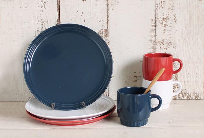 赤・白・ブルーのトリコロールカラーが可愛い「Lienシリーズ」は、NATURAL KITCHEN &オリジナルデザインの食器です。ワンプレートにも使える大きめサイズのお皿と、重ねて収納できるスタッキングタイプのマグカップ。お洒落なデザインはもちろん、使い勝手も優秀な人気シリーズです。