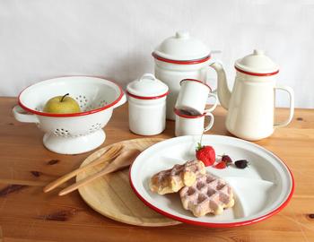 優しいミルク色×赤いラインがレトロ可愛いホーローアイテムは、NATURAL KITCHEN &のオリジナルデザインです。ホーローは表面をガラス質でコーティングしているので、食材の匂いや色が移りにくい特徴があります。シリーズで揃えやすいお手頃な価格も魅力です♪