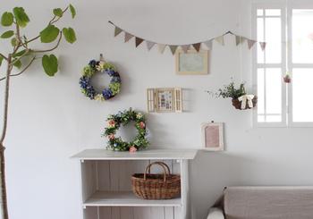 アートフラワーは季節ごとに入れ替わるので、シーズンにあわせてお部屋の印象を簡単に変えることができます。オリジナルデザインのインテリア雑貨と組み合わせれば、ぬくもりのある素敵な空間をコーディネートできますよ☆