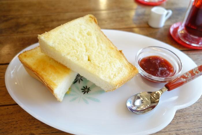 こちらのお店でも「ペリカン」のパンが頂けます。さらにコーヒーは名店「カフェバッハ」の豆を挽いてハンドドリップしたもの。蔵はアートスペースになっており、様々なイベントが開催されています。