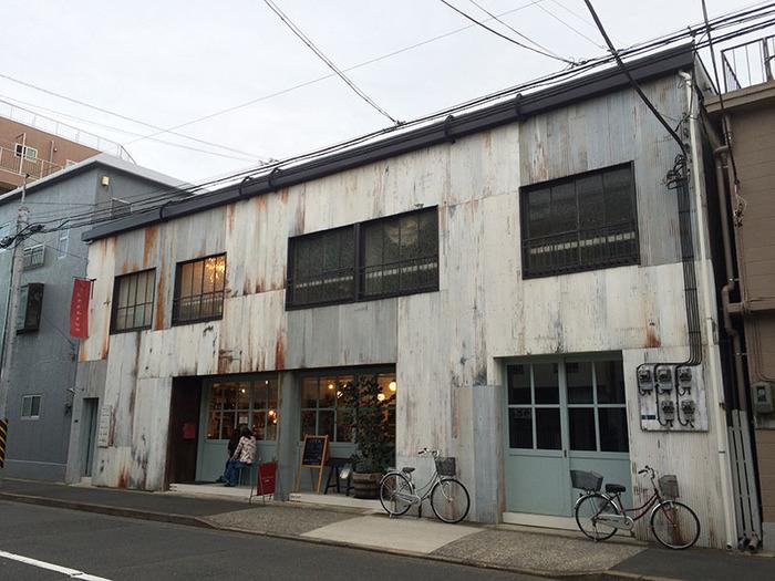 """清澄白河にはオシャレなカフェがたくさん集まっていますが、こちらのカフェもとっても素敵な空間です。築50年だったアパート兼倉庫をリノベーションして生まれ変わった""""fukadaso(フカダソウ)""""では、一階がカフェスペースになっています。"""