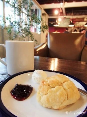 カフェではアンティークの家具に囲まれて、美味しいコーヒーをゆっくり楽しむことができます。写真のスコーンも人気です*