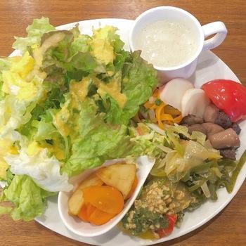 オススメはべジタブル&フルーツアドバイザーの珠江さんが作る、野菜がたっぷり食べられるランチ。店頭でも有機野菜を販売している青葉グリーンファームさんの野菜を使った、8品のおかずが山盛りになったプレートです♪  コーヒーの出がらしや茶葉はグリーンファームで再利用されるとのこと。地域に貢献したいというオーナーの想いが作り出した、素敵なサイクルですよね。