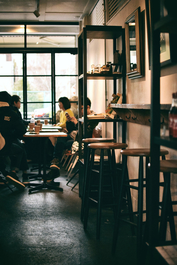 こちらは清澄白河の名店「アライズ」の2号店。本店よりも広めのつくりになっており、ゆっくりとコーヒーを味わえる空間です。こだわりのドリップコーヒーは6~8種類用意されています。
