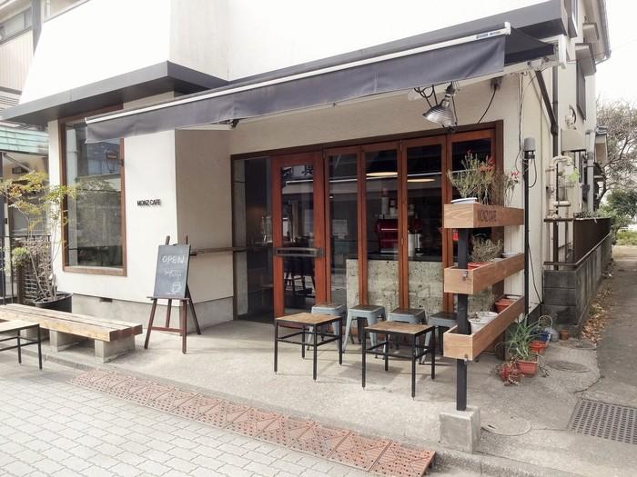 """深川不動尊の参道にある""""MONZ CAFE 門前仲町店""""は、かつては甘酒屋さんだった場所だと言います。昔からのお客さんにも気軽に来てもらえるように、というオープンな雰囲気。周囲の環境にも馴染んでいます。"""