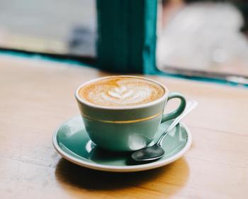 東京の下町には、人と人、そして人と土地を繋ぐカフェが多くあります。一杯のコーヒーを飲みながら店主との会話を楽しんだり、その店の歴史に思いを馳せてみたり…時にはカフェを通して、新たな発見や、素敵な出会いが見つかるかもしれません。自分だけのお気に入りの場所を見つけに、あなたも出かけてみませんか?