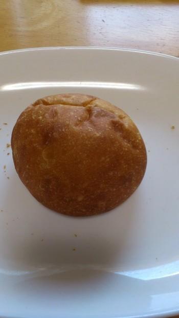 まんまるな可愛らしい形のこのパンは「つぶ」という名前のあんぱんです。きび糖で作った自家製つぶあんが入ったあんぱんは、甘さひかえめホクホク豆がしっかり味わえます。