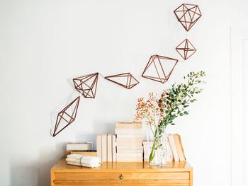 いろんな個性的な形のヒンメリを壁に飾って。配置と数のバランスでグッと素敵に演出できますね。