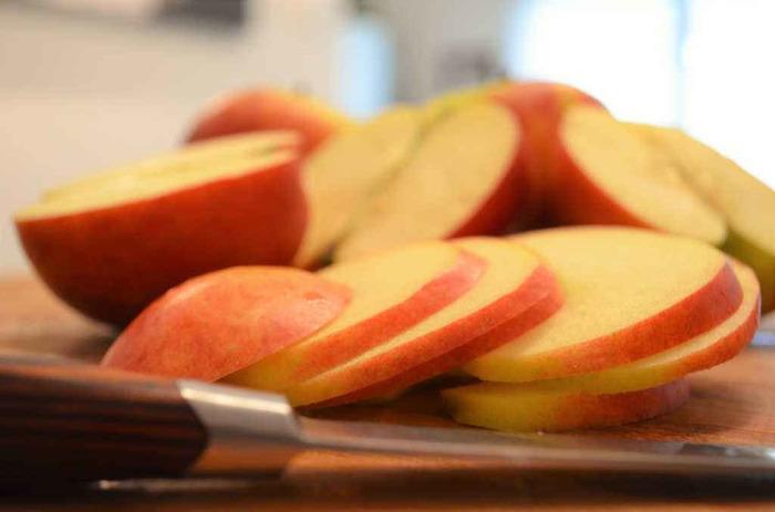 まずはりんごをスライスします。 もちろん包丁でも大丈夫ですが綺麗に作るならスライサーなどで薄くスライスしましょう。