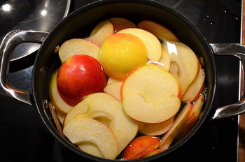 煮りんごを作っていきます。 シナモン、バター、砂糖を入れます。レモン汁も入れるとgood!