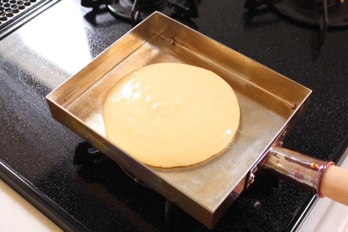 日本では卵焼きによく使われていますね。銅製はまんべんなく熱がゆきわたるから、キレイに巻き玉子が焼けるんですね♩ホットケーキもきれいに焼けますよ。
