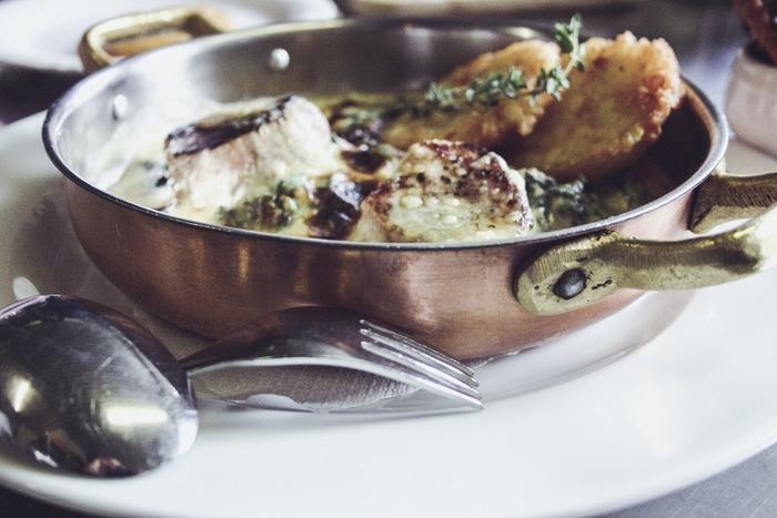 銅鍋は熱伝導率が高いのが利点。入れた水も驚くほど早く沸騰します。煮込みなどの長時間の調理にはガス代、電気代の節約にもなりそう♩