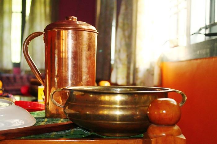 鍋に水を入れ沸騰させます。銅鍋を入れて15分間煮沸してください。重曹を入れるとより良いです。ラッカー(皮膜)が剥がれにくい時には除光液、シンナーなどで拭き取ってください。このひと手間で黒く焦げ付きにくくなるのです。