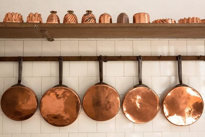 キッチンには使い込まれた銅鍋がずらり並んでいる光景は、とてもきれい。