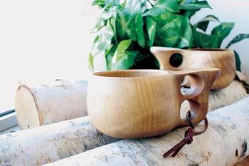 """【KUKSA(ククサ)】とは古くからフィンランドに伝わる白樺の木でできたマグカップのこと。""""贈られた側も贈った側も幸せになる""""という言い伝えもあり、大切な人への贈り物にもぴったりのマグカップです。  フィンランドの「Koivumaa(コイヴマー)社」で作られる【ククサ】は熟練の職人たちの手仕事によるもの。伝統の手法を用い、ひとつひとつ丁寧に作られています。"""