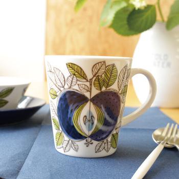 1726年創業のスウェーデンの陶器ブランド、「Rorstrand(ロールストランド)」。その中でも特に人気の高いのが【EDEN(エデン)】シリーズです。  こちらはその復刻版ですが、当時の雰囲気はそのままに、深い青色の不思議なリンゴと周りを飾る葉が描かれています。色合いも北欧らしい落ち着いたこだわりの色づけです。