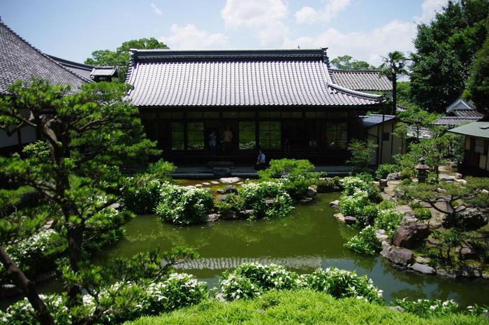 京都最古の禅寺「建仁寺」の鐘楼の東南にある「両足院」は、桃山から江戸期にかけて造園された「池泉回遊式庭園」や枯山水庭園、長谷川等伯による障壁画で名高い寺院です。