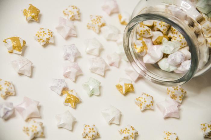 ラッキースターは細長い紙やテープで作る紙のお星さまです。さまざまな色と柄の紙で作るお星さまは海外で人気が高く、「origami lucky stars」や「origami stars」と呼ばれ親しまれています。