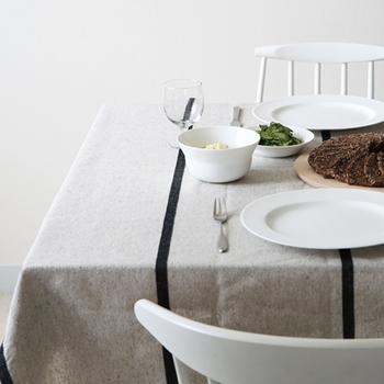 ピッチの広いストライプ柄のテーブルクロス。シンプルながら特別感のあるデザインです。ベーシックな食器を並べれば品のあるコーディネートになります。