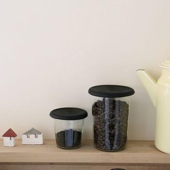 コーヒー豆の保存にはシリコン蓋やプラスチックカバーなど、密閉性に優れたものがおすすめです。