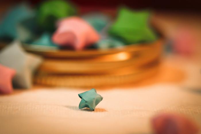 願いを込めて折ると、幸運がやってくるラッキーアイテムとも言われています。夜空の星に願いを込めるなんてとても素敵ですね。