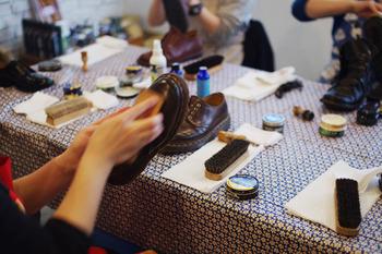 """様々なワークショップも開催されています。こちらは円山に店を構える靴のお修理屋さん""""Anon(アノン)""""さんによる【靴のお手入れ教室】。今までなんとなくやってきたことも、専門の方にみっちり教えていただける嬉しい機会です。"""