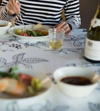 ご紹介したデザインやコーディネートを参考に、みなさんのいつもの食卓をテーブルリネンで手軽にイメージチェンジしてみてはいかがでしょうか。