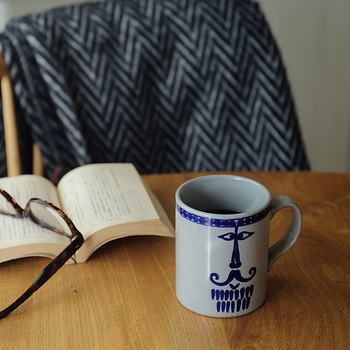 日本でも大人気のスウェーデン生まれの陶芸家、「Lisa Larson(リサ・ラーソン)」。日本のことも大好きな彼女のデザインと長崎の波佐見焼きがコラボしたのかがこのマグカップ。  もともとリサ・ラーソンのアトリエでペン立てとして使われていたものなんだそう。【familj(ファミリ)】シリーズ第一弾として登場したのはこちらの「pappa(パパ)」。他にもこれから家族のラインナップが増えていくのが楽しみですね。