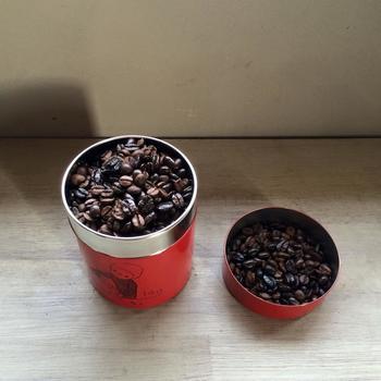 アアルトコーヒーは、豆の保存缶もとっても素敵。作家さんとコラボした缶もラインナップ。キッチンのお気に入りの場所に飾りたくなりますね。  コーヒー豆を挽いた状態では、酸化が加速して香りが飛んでしまうため、コーヒー豆で購入し、飲む分だけを家で挽いて淹れるのがおすすめなんだそう。コーヒー豆は生き物なので、缶で保管して早めに飲むのがベターです。