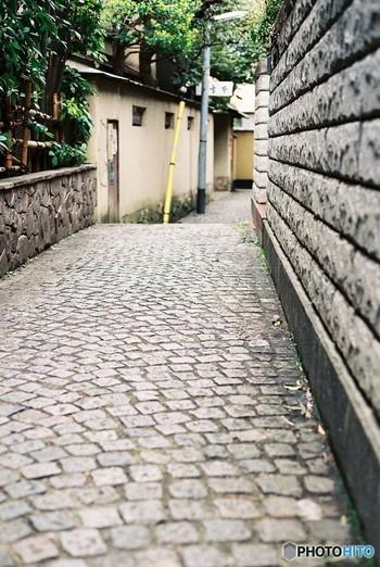 神楽坂は、東京・新宿区で江戸時代から続く歴史ある地域。 早稲田通りにおける大久保通り交差点から外堀通り交差点までの坂を差します。