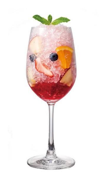 お酒やシロップを使った、大人の贅沢かき氷はいかが?こちらは、グラスにかき氷を入れ、サングリアのシロップと赤ワインをかけたもの。オレンジやブルーベリーなどで彩りを添えて。