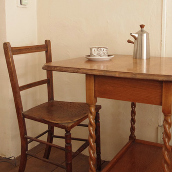 イギリスのヴィンテージ家具はリペアはせずにそのままの状態で店舗で販売しています。キズや錆が、素敵な深みのあるアンティーク感をだしています。