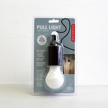 ひもを引っ張ると点灯する電池式のライトは、コンセントのない場所でも使うことができ、非常時に役立ちます。普段はクローゼットなど電源のない場所で使うのもおすすめです。インテリアの邪魔をしないシンプルなデザイン。さらにLED電球なので、長く使えますよ。