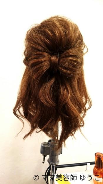 自分の髪で大きなリボンが作れます。リボンデザインのヘアアクセサリーを付けるよりも大人っぽくておすすめです!